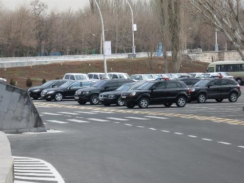 Выставка шикарных авто у СКК  Или политические лидеры пешком ходить не любят