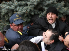 Րաֆֆի Հովհաննիսյանը «Սերժիկի շո՛ւն» բղավող քաղաքացիների «բերանը փակել է»