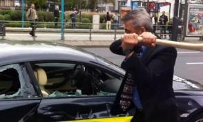 Գործարարն ի նշան բողոքի, կոտրել է իր 100 000 ֆունտ ստեռլինգ արժողությամբ BMW M6-ը