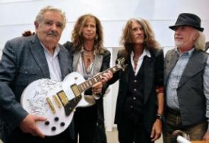 Группа «Aerosmith» подарила президенту Уругвая гитару