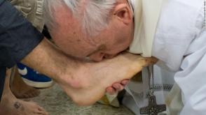 Հռոմի պապը լվացել է բանտարկյալների ոտքնաթաթերը (տեսանյութ)
