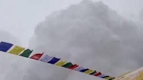 Альпинист снял на видео смертельную лавину на Эвересте