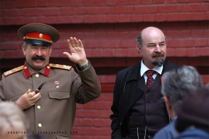 Մոսկվայի կենտրոնում Ստալինի նմանակը դավաճանության համար ծեծել է Լենինի նմանակին