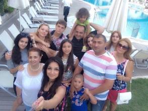 Отдых бывшего министра со своей большой, «толстой» армянской семьей (фото)
