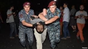 Полицейские оттесняют протестующих и начинают задержания