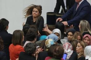 Թուրքիայի խորհրդարանում այս անգամ կին պատգամավորներն են իրար ծեծել (տեսանյութ)
