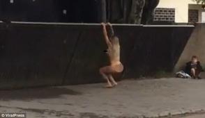 Մերկ բրազիլուհին բողոքի յուրօրինակ ակցիա է իրականացրել անսարք ավտոմեքենան վաճառողի տան մոտ