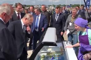 Путин угостил министров мороженым