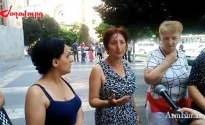 Работники рынка «Фердуси» устроили акцию протеста возле здания Правительства (видео)