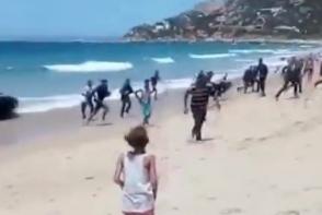 Իսպանական լողափին 10-յակ հանգստացողների մոտ ծովից 10-յակ ներգաղթյալներ են դուրս եկել (տեսանյութ)