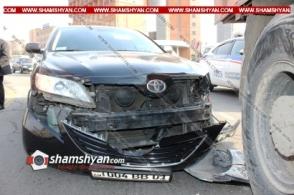 «Մետրոպոլ» հյուրանոցի դիմաց ՀՀ Պետեկամուտների կոմիտեի Հարկային ծառայության աշխատակազմի ղեկավարի Toyota-ն բախվել է КамАЗ-ին