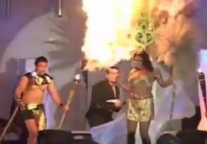 Գեղեցկության մրցույթի մասնակիցը քիչ է մնացել՝ ողջակիզվի բեմի վրա (տեսանյութ)