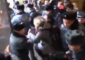 Այժմ էլ Երևանի քաղաքապետարանից բռնի ուժով դուրս են բերել ակտիվիստներին (տեսանյութ)