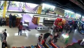 Տեսախցիկն արձանագրել է Կեմերովոյի առևտրի կենտրոնում հրդեհի բռնկման առաջին վայրկյանները (տեսանյութ)