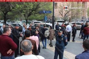 Տաքսիստները բողոքի ակցիա են անցկացրել կառավարության շենքի առջև