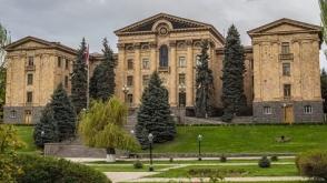 Րոպեներ անց Սերժ Սարգսյանը ԱԺ կներկայացնի փաստաթղթերը