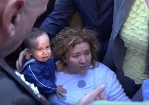 Ինչպես են ոստիկանները մորը և մանկահասակ երեխային բռնի ուժով հեռացնում Մաշտոցի պողոտայից (տեսանյութ)