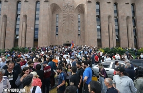 Քաղաքացիները մտել էին քաղաքապետարանի շենք․ պահանջում էին Տարոն Մարգարյանի հրաժարականը (ուղիղ միացում)
