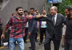 Օրվա կադր․ Արմեն Սարգսյանը քոչարի է պարել ցուցարարների հետ (տեսանյութ)