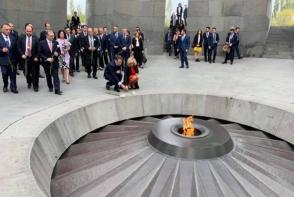 Էմանուել Մակրոնը հարգանքի տուրք է մատուցել Հայոց ցեղասպանության զոհերի հիշատակին (տեսանյութ)