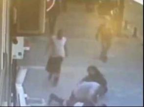Ինչպես է թուրք տղամարդը փողոցում դաժանորեն ծեծել կնոջը