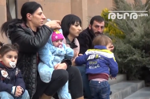 7 երեխա ունեցող ընտանիքը Երևանի քաղաքապետարանի մոտ անժամկետ նստացույց է սկսում․ Աննա Հակոբյանի հիմնադրամը ոչ մի բանով չի օգնել (տեսանյութ)