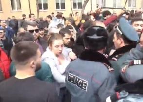 Կրկին բախումներ տեղի ունեցան Ազատության հրապարակի սրճարանների աշխատակիցների և ոստիկանների միջև․ իրավիճակը լարված էր (տեսանյութ)