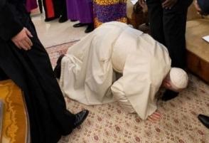 Ֆրանցիսկոսը ծնկել է Հարավային Սուդանի ղեկավարների առջև և համբուրել հյուրերի ոտքերը (լուսանկար, տեսանյութ)