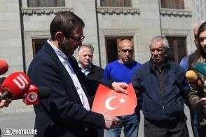 Գեղամ Մանուկյանն Ազատության հրապարակում այրեց Թուրքիայի դրոշը
