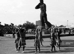 Статуя рабочего VS статуя гражданина