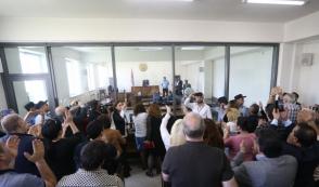Рассмотрение в суде вопроса меры пресечения в отношении Роберта Кочаряна продолжится 16 мая (видео)