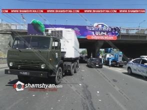 ՊՆ համարանիշներով КамАЗ-ը բախվել է գովազդային ցուցանակ տեղադրող ավտոմեքենային. քաղաքացին ընկել է