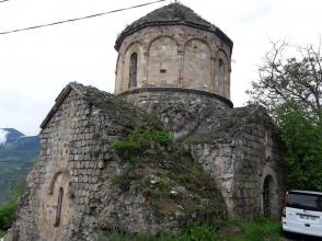 Արդվինի 9–րդ դ. հայկական եկեղեցու կողքին գյուղապետը զուգարանի շինարարություն է նախաձեռնել (լուսանկարներ)