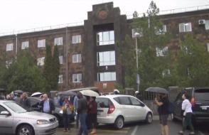 Митингующие перекрывают подходы к зданиям судов (прямой эфир)