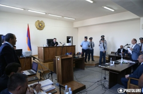 Суд приостановил производство по делу Роберта Кочаряна и обратился в КС