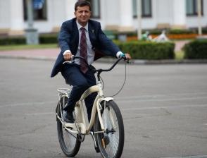 Зеленский не намерен ездить на работу на велосипеде