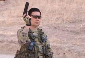 Президент Туркмении поразил мишени из пистолета, проезжая на велосипеде