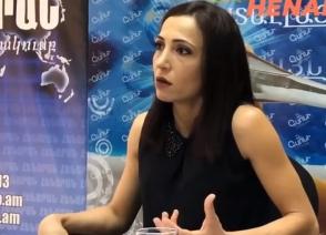 Մարդիկ են վառվում, ինքը կնոջ հետ սելֆի է անում, դա ղեկավարի արա՞րք է (տեսանյութ)