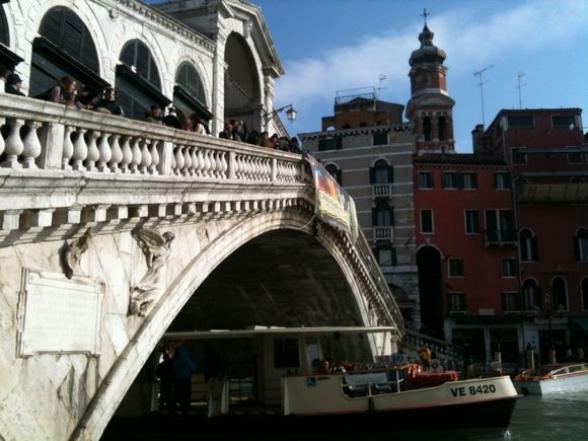 В Венеции туристы сварили кофе на мосту и выплатили почти 1000 евро штрафа