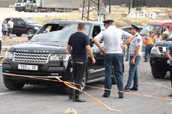 Պայթյունի հետևանքով վնասված Range Rover մակնիշի ավտոմեքենան, կարգը խախտելով, հեռացել է դեպքի վայրից