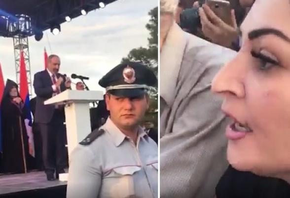 «Դասալիք վարչապե՛տ, իջե՛ք բեմից», Փաշինյանին Ստեփանակերտի հանրահավաքում դասալիք են անվանել (տեսանյութ)