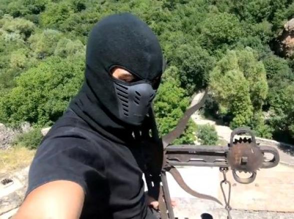 Տեսանյութ. «Սև պանտերան» մագլցել է Գեղարդի եկեղեցու գմբեթի վրա,կերակրել գիշանգղի ձագին. Մայր Աթոռն անընդունելի է համարել