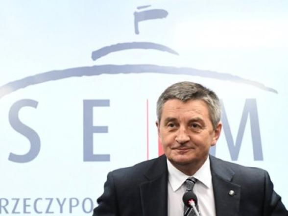 Լեհաստանի խորհրդարանի խոսնակը հրաժարական կտա ընտանիքի անդամներին կառավարական ինքնաթիռով տեղափոխելու համար