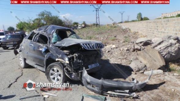 Toyota Land Cruiser Prado-ի վարորդը մի քանի պտույտ գլխիվայր շրջվելով՝ հայտնվել է երկրորդական ճանապարհահատվածում. մեղավորը «06»-ի անչափահաս վարորդն է եղել