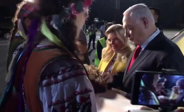 Жена Нетаньяху кинула на пол ломоть каравая при встрече в Киеве (видео)