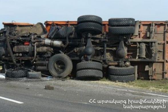 Երևան-Սիսիան ավտոճանապարհին բեռնատարը կողաշրջվել է