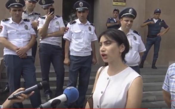 «Պարոն քաղաքապետը պիտի շնչի». Սոնա Աղեկյանը դույլերով կոյուղաջուր է տարել քաղաքապետարան (տեսանյութ)