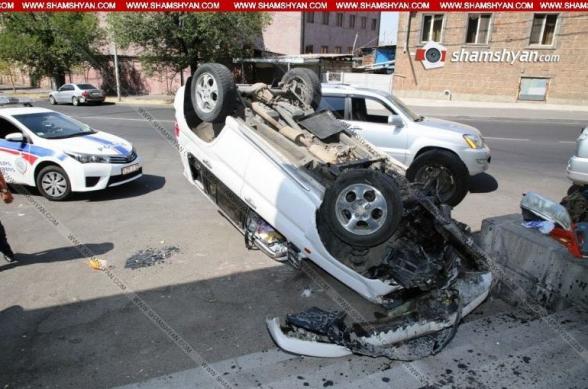 Երևանում մեքենան բախվել է ԳԱ մասնաճյուղի աստիճաններին ու գլխիվայր շրջվել