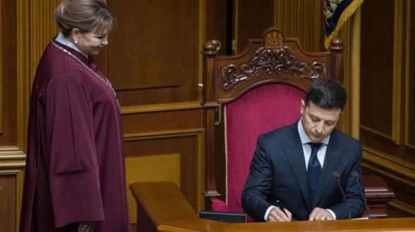 Зеленский предложил Раде внести изменения в конституцию