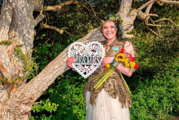 Британка вышла замуж за дерево и хочет взять его «фамилию»